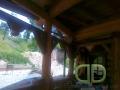 дом из бревен. Декоративная отделка деревянных массивных опор