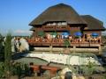 Бревенчатый ресторан с камышовой крышей