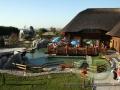 летняя терраса деревянного ресторана - ландшафтный дизайн