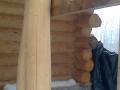 масивная деревянная опора-бревно